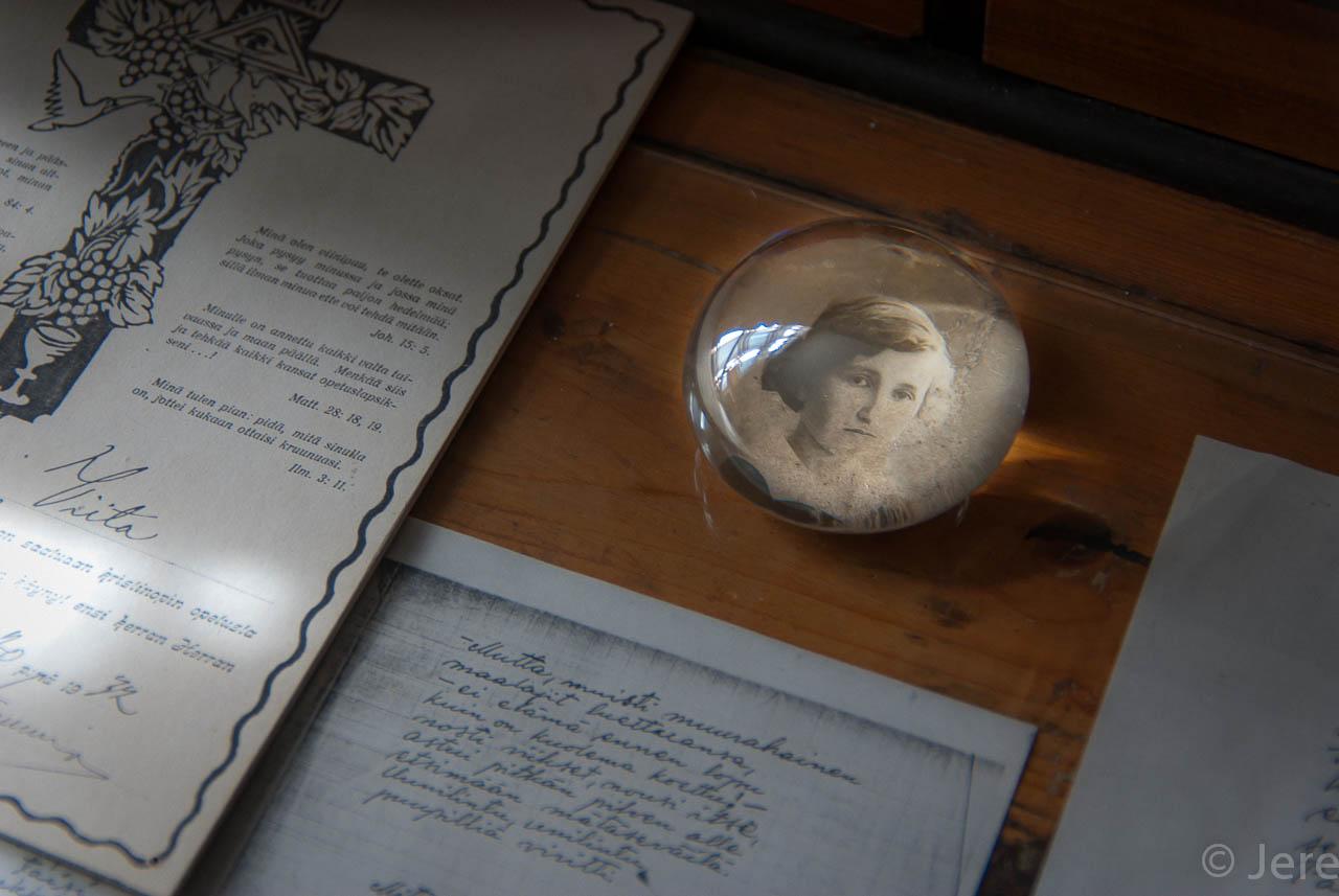 Paperipaino kirjoituspöydällä. Kuvassa Lauri Viidan sisko. Kuva: Jere Luukkanen